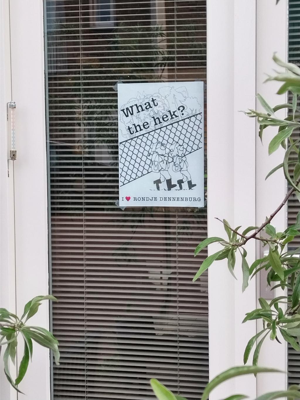 Sinds 28 mei hangen er 500 raamposters in omgeving van Dennenburg. Bunniks Nieuws © BDU media