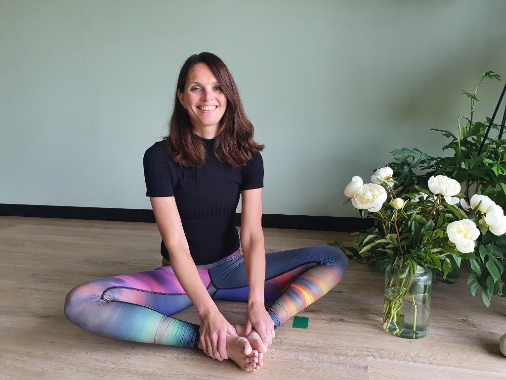 <p>Yolande in haar yoga kleding in haar studio, ze is blij dat ze open mag.</p>