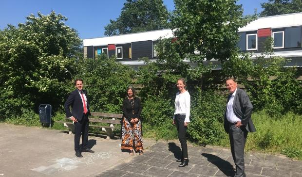 <p>Van links naar rechts: Wethouder Van Ballegooijen, Naomi Tas (bestuurder RIBW K/AM),Bionda Olivier (Villex), wethouder Ellermeijer voor het gebouw aan de Graaf Janlaan. </p>