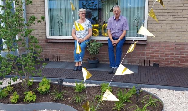Gert en Cor in hun versierde tuin