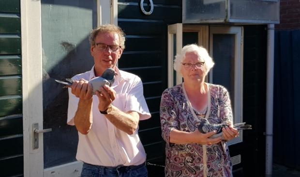 Dick en Alie in hun nopjes met deze 2 kopduiven!