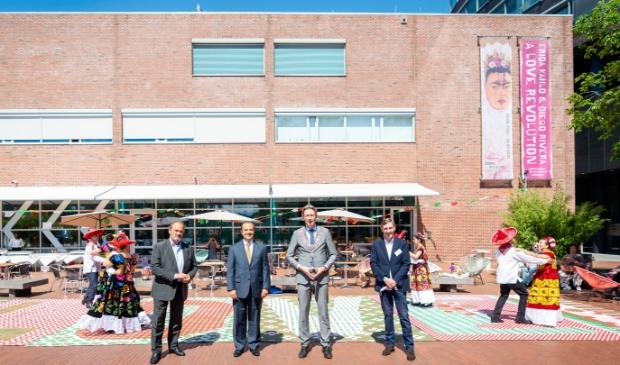 <p>&nbsp;Hugo Siblesz (voorzitter bestuur Cobra Museum), de Mexicaanse ambassadeur Jos&eacute; Antonio Zabalgoitia, burgemeester Tjapko Poppens en Stefan van Raay (waarnemend directeur Cobra Museum). .</p>
