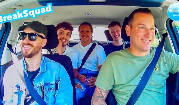 <p>S&ouml;ren van Rooij met een auto vol BreakSquad.</p>