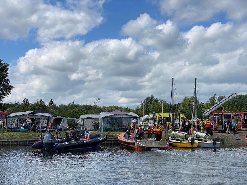 Hulpdiensten bij de haven van vakantiepark RCN Zeewolde. Donkersgoed Multimedia © BDU media