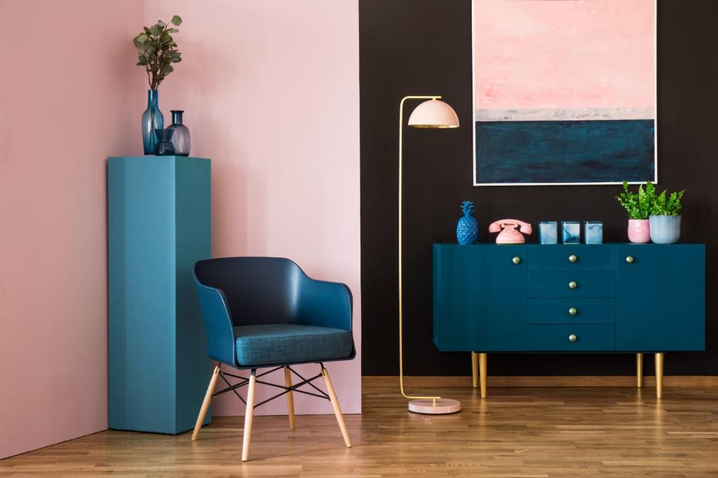 Blauw en roze interieur voor de woonkamer. Photographee.eu © BDU media