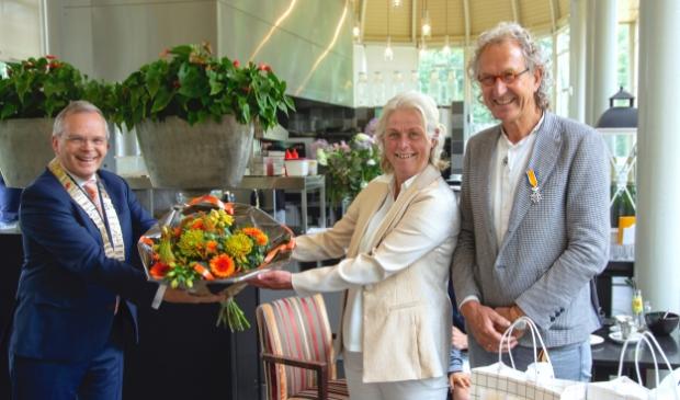 <p>Burgemeester Jan Luteijn, Teunis Ruiter en zijn echtgenote Gerie.&nbsp;</p>