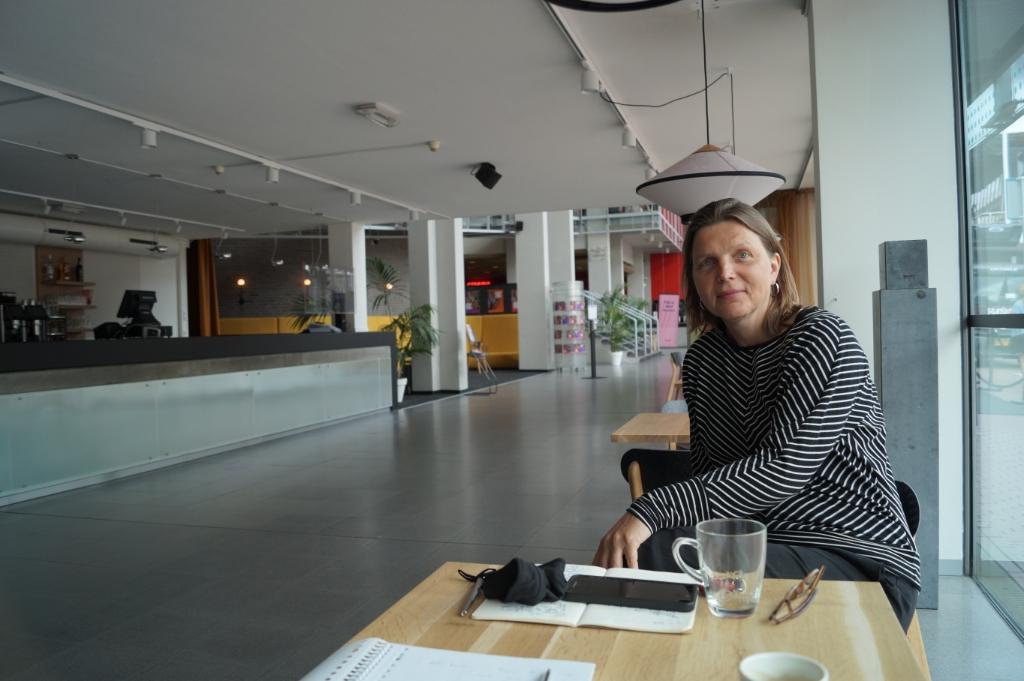 Schouwburg-directeur Dianne Zuidema aan een van de tafeltjes in de heringerichte entreehal. Eddie de Blieck © BDU media