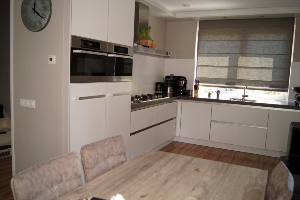 De keuken biedt veel ruimte om samen te koken en heeft een ruim werkblad Astrid Meyer © BDU media