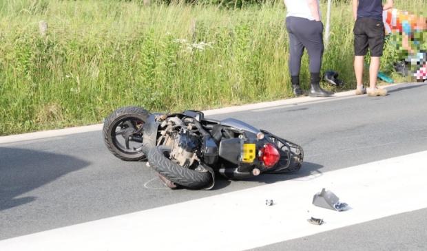 De scooter werd vrijdagavond geschept door een auto en liep flinke schade op. Ted Walker © BDU Media