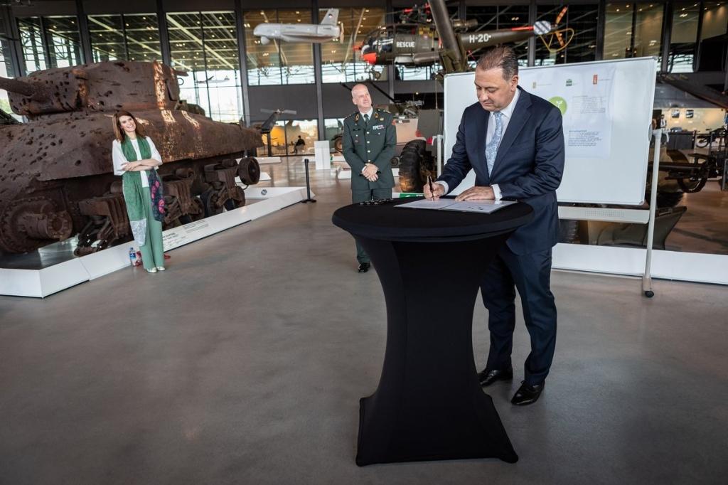 <p>Ondertekening van de intentieverklaring tussen Defensie, RVB, Leusden, Soest en Amersfoort.</p>