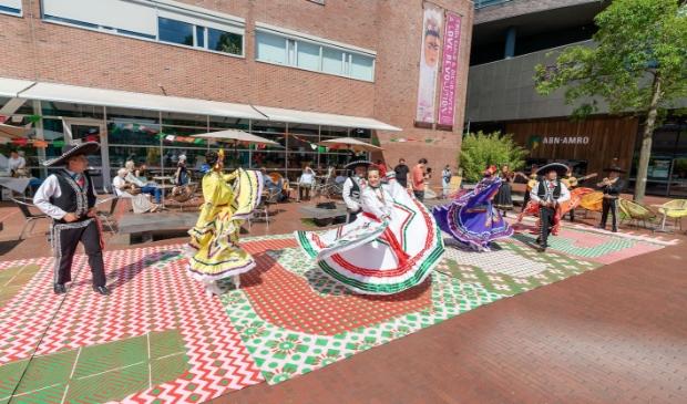 <p>Mexicaanse dansers op het plein voor het museum.</p>
