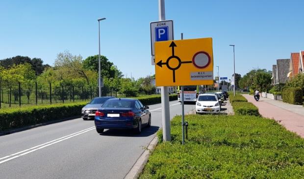 <p>Het bord dat het nieuwe parkeerbeleid aankondigt, staat verscholen achter een ander bord.</p>
