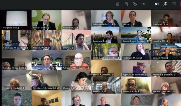 <p>Videobeeld van een digitale raadsvergadering. </p>