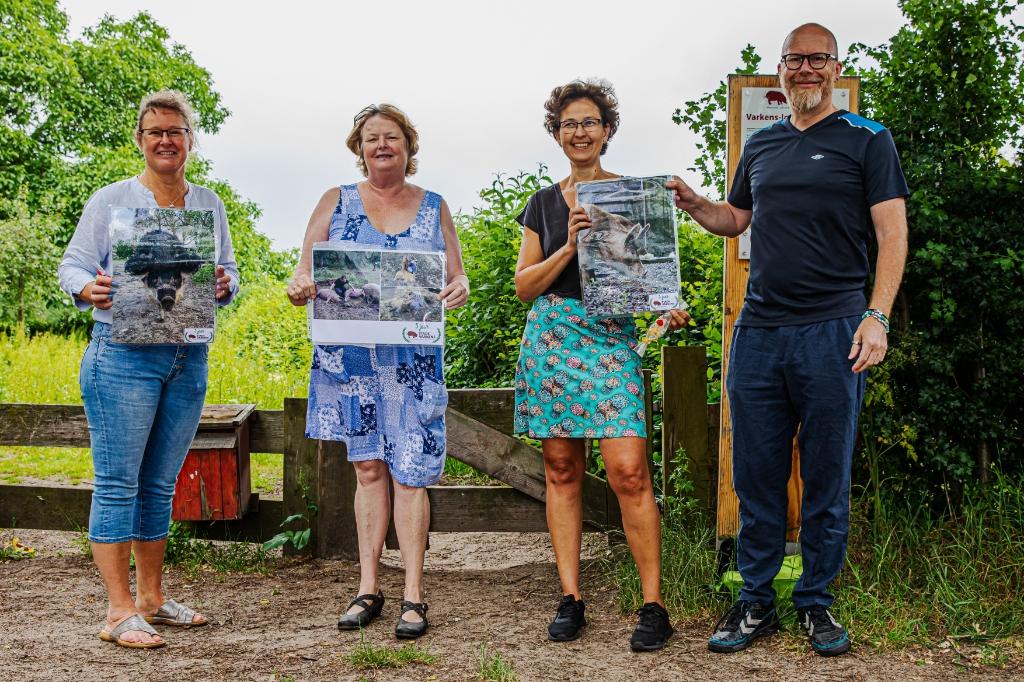De winnende foto en de twee eervolle vermeldingen samen met de trotse makers en de jury Theo Beumer © BDU Media