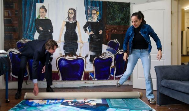 <p>Wethouder Herbert Raat op bezoek bij kunstenaar Inbar Hasson in haar atelier in A24. </p>