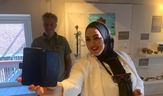 <p>Vinder Michael van Dusschoten en wethouder Nadya Aboyaakoub-Akkouh maakten een selfie met het bijzondere zwaard.</p>