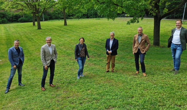 <p>Marcel Man, Hans van der Pas, Dorine Zwaan, Jan Wolleswinkel, Gerard van Santen en Jans Hoekman (vlnr) vormen het bestuur van het Jan Wolleswinkel Fonds.</p>