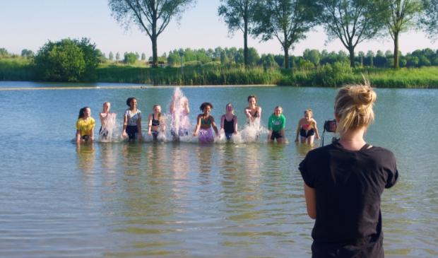 <p>Ook in het water vindt een dansact plaats. </p>