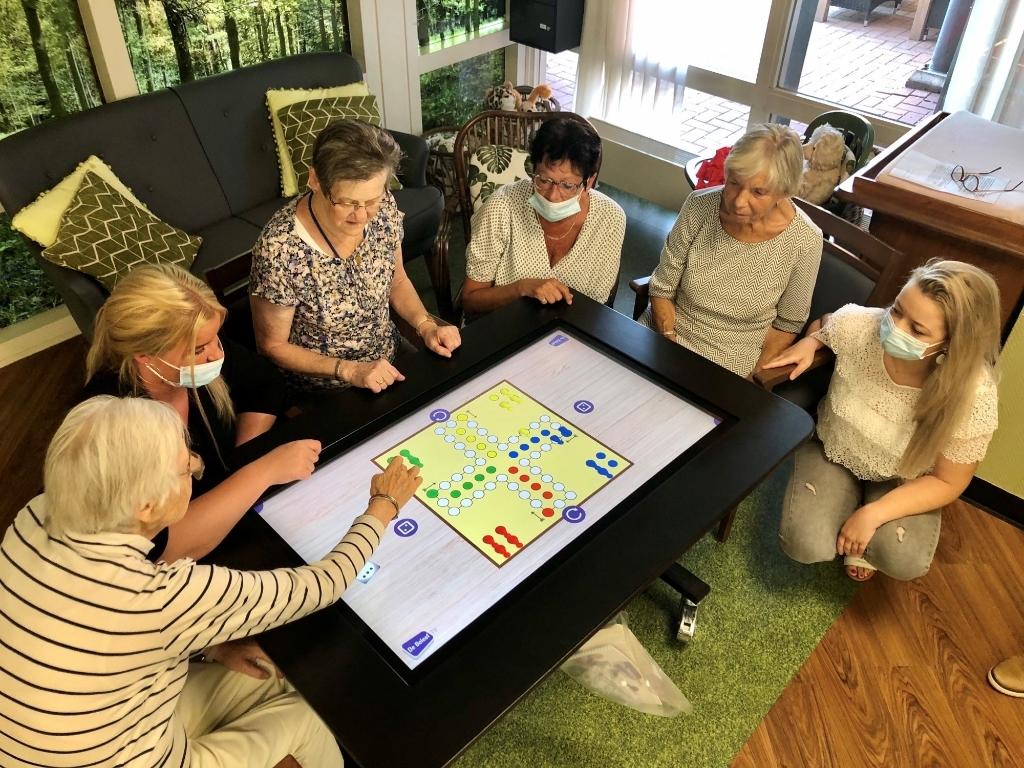 Bewoners Judith Leysterhof spelen Mens Erger Je Niet op Beleef TV Verpleeghuis Judith Leysterhof © BDU media