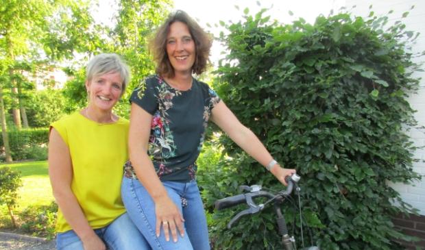 Alie Bootsma (l) en Roza Boer lanceren jongerenrouwgroep Doodgewoon