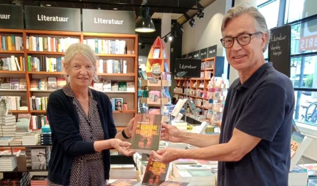 <p>Ada Ruiter overhandigt bij Libris Venstra het eerste exemplaar.</p>