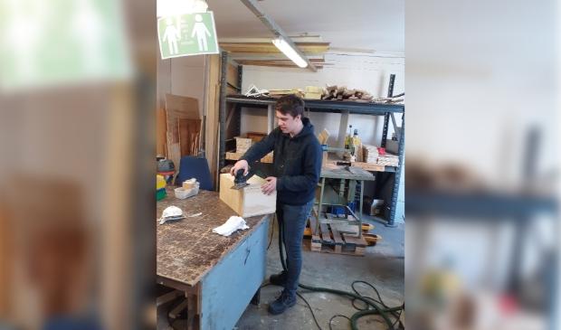 <p>Een jongere maakt alvast een gereedschapskist klaar.</p>