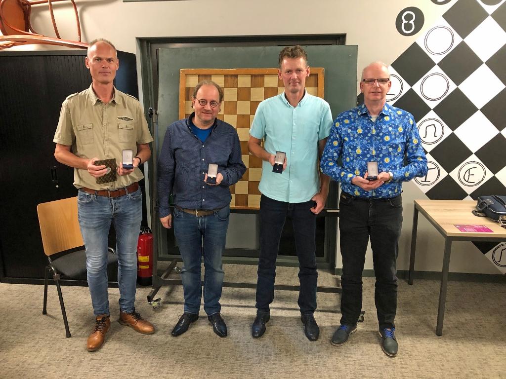 <p>Henk Klarenbeek, Chris Versteegen, Wijnand Voskuil en Johan de Haas zijn trots op hun 40-jarig speldje.</p>