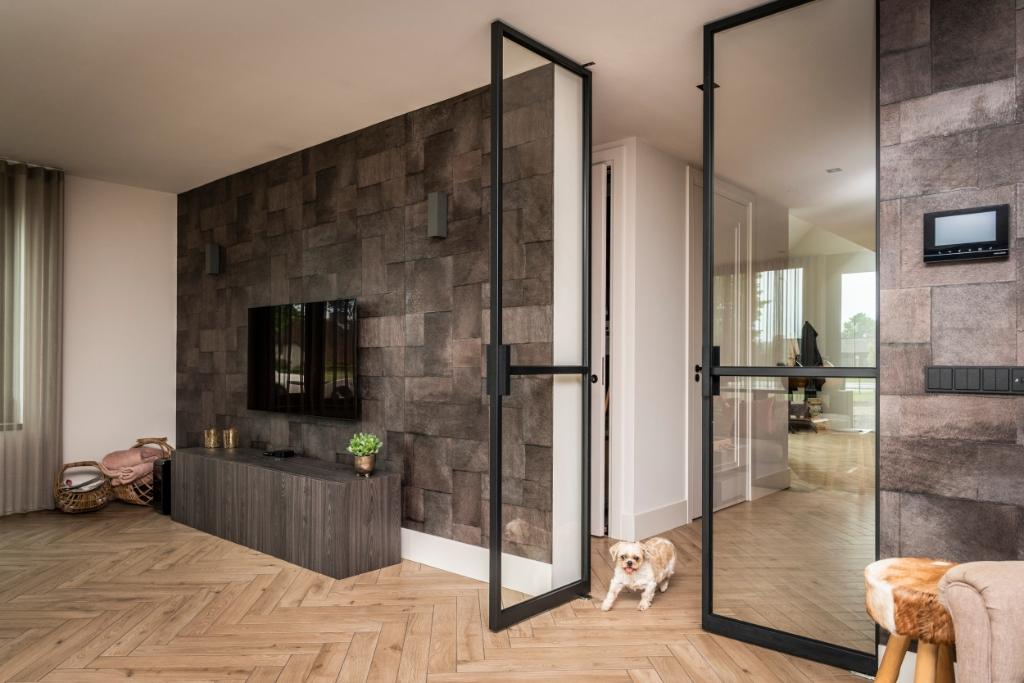 De glazen deuren zorgen voor een ruimtelijk effect. Pauw Media © BDU media