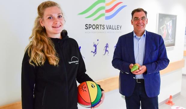 <p>Leefstijlcoach Manon Bouwman van Sportservice De Vallei en manager Ton van Klaveren van Sports Valley, Ziekenhuis Gelderse Vallei openen het Leefstijlloket.</p>