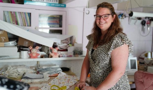 Patricia ontwerpt en maakt alle baby-artikelen zelf in haar werkkamer.