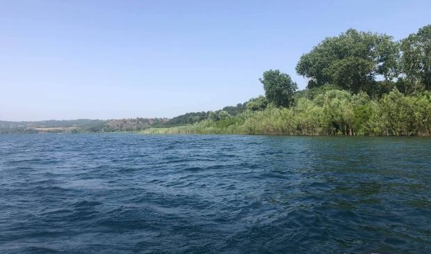 <p>Met een boot wordt door stichting SIGNI zoekhonden gezocht naar een spoor van Samu&euml;l Boujadi.</p>