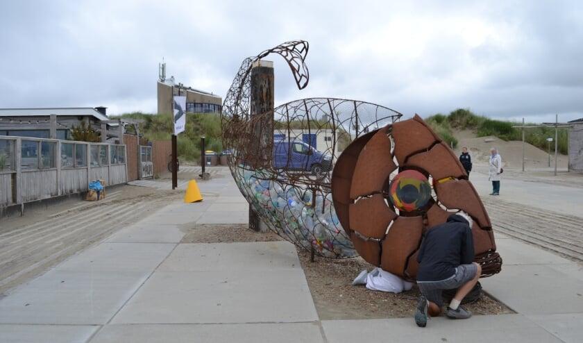 Kunstwerk Catchfish wordt gevuld met hulp van beach clean up