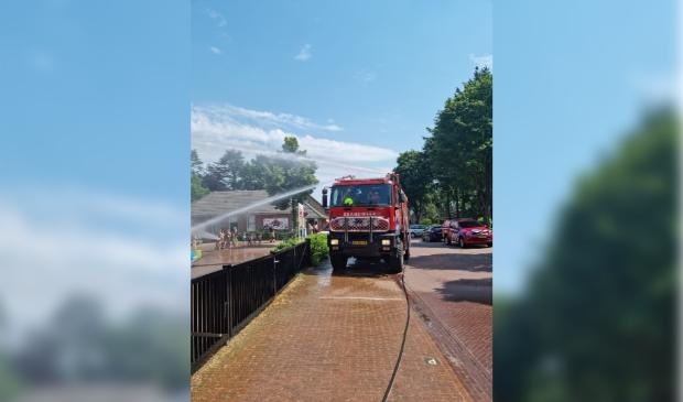 Brandweer helpt mee met het waterfeest.