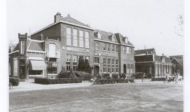 Bakkerij familie Wolffenbuttel genaamd  De Duif, de R.K. Sint Joannesschool, het klooster Soli Deo Gloria.