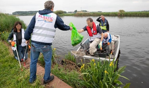 <p>Leden van de Rotary Baarn-Soest verzamelen zwerfafval in de Eem.</p>