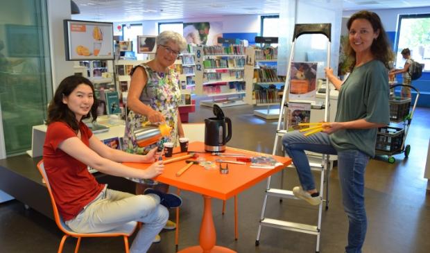 <p>Lin Vliegenthart, Dorine Donders (Netwerk medewerker publieksservice Bibliotheek Bunnik en Bilthoven) en Rosan Vernooij (Vestingingscoordinator Bibliotheek Bunnik) in het leescaf&eacute;, waar ook het Repair Caf&eacute; gestart wordt in september.</p>