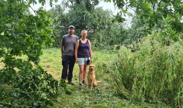 <p>Marlous en Sebastiaan en hun hond Elza in het park bij De Binder waar veel bomen sneuvelden.</p>