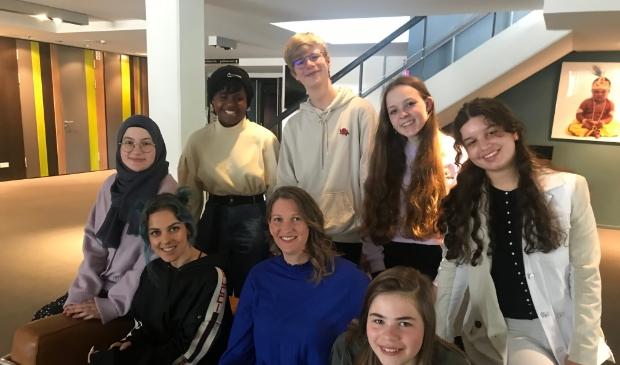 <p>Esther Ocheng (midden) en leerlingen van het Corderiuscollege met zangeres Lakshmi.</p>