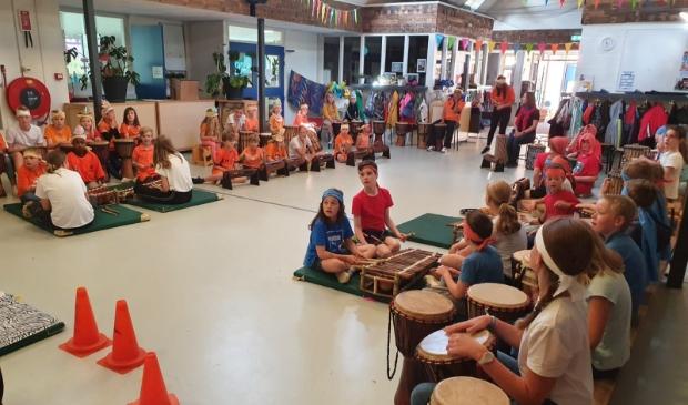 optreden met drum4fun in de hal van De Zevensprong