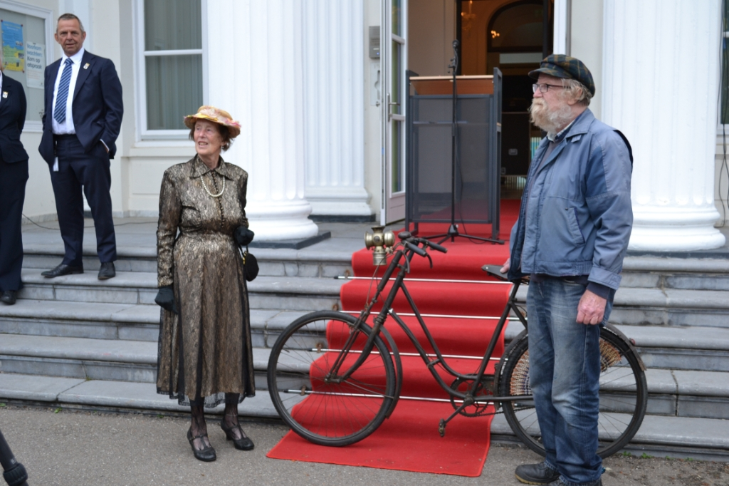 Mevrouw Mudde (links) met haar historische fiets uit 1925. Mariëlle Tukker © BDU Media