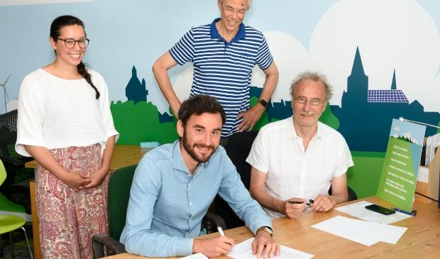 Van links naar rechts Lianne van Aagten (Sunvest), Thomas Dietz (Sunvest) Gerrit Taute (EWEC)  en Henk Muis (EWEC) bevestigen hun tweede gezamenlijke zonproject in de EnergieWinkel van Wijk bij Duurstede