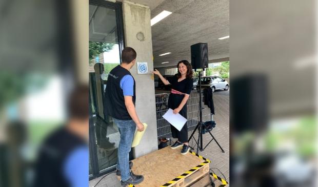 Wethouder Koser Kaya onthuld samen met een student van MBO Amersfoort het 100% Kringloopkeurmerk bij Acht+ Meerwarenhuis