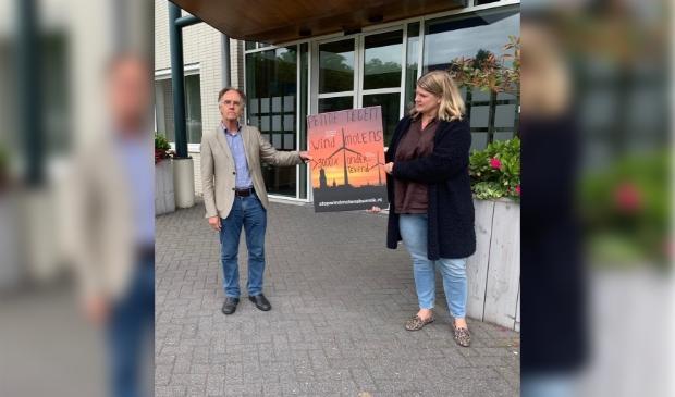 petitie tegen windmolens in bunnik wordt aangeboden door katrien varenhorst namens actiegroep stop windmolens bunnik aan wethouder heijmerink