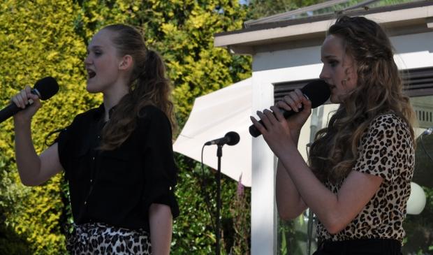 Marisa en Fenna zingen op het Tuinconcert 2019