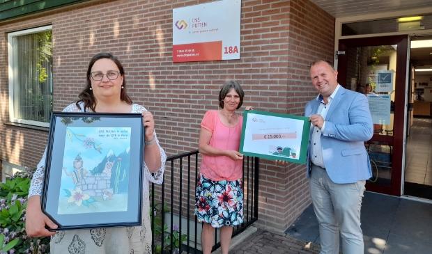 <p>Overhandiging van de opbrengst van de Peru-actie. Van links naar rechts: Jolanda Beijer en Cora Lindeboom namens CNS Putten en Danny Schurink (GZB).</p>