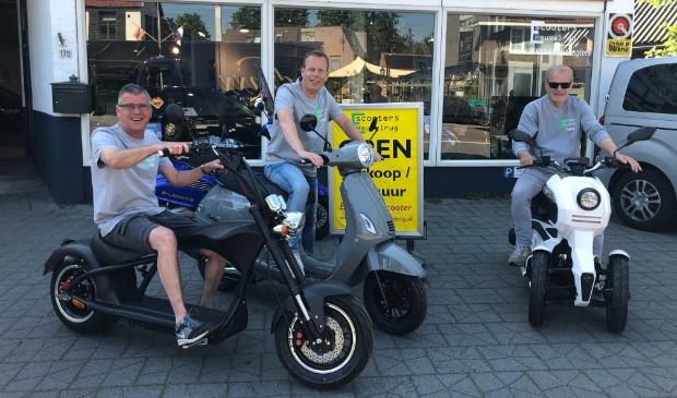<p>Ben Balk, Jaco Knoop en Peter van Ek (van links naar rechts) zijn reuze enthousiast over de verschillende modellen e-scooters.</p>