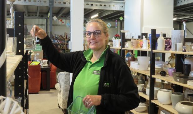 Annemarie Jongerius heeft het erg goed naar haar zin als medewerker in de kringloopwinkel van Restore.