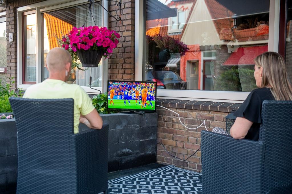 Marcel en Ilona kijken met z'n tweeën, ook lekker buiten. Rinus van Denderen © BDU media