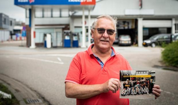<p>Piet de Ruijter met de teamfoto van 1992, op de plek waar vroeger de Schipper-pomp en garage zaten.</p>