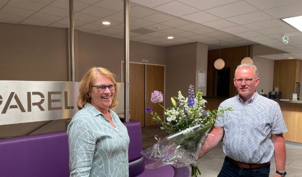 Lia ontvangt de bloemen van Bert in de ontvangsthal van De Parel